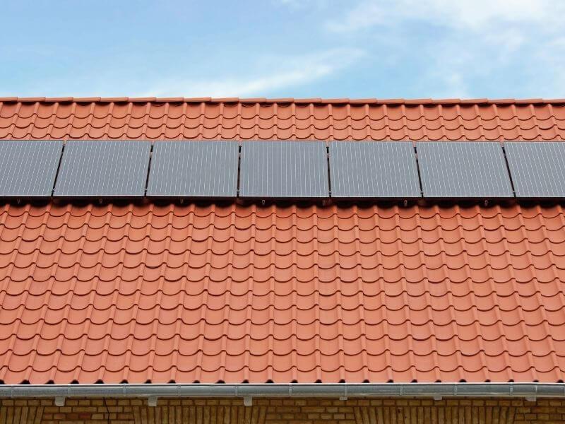 Napkollektoros rendszer a tetőn.